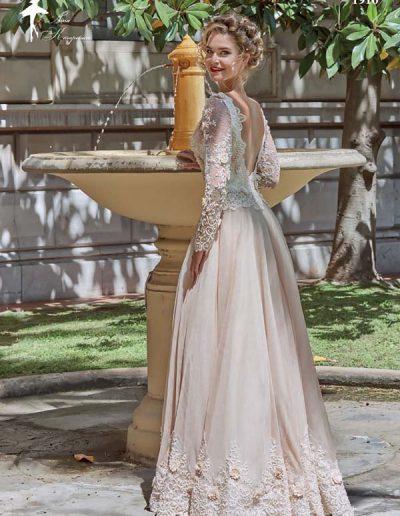 vestido de novia con mangas y escote en la espalda
