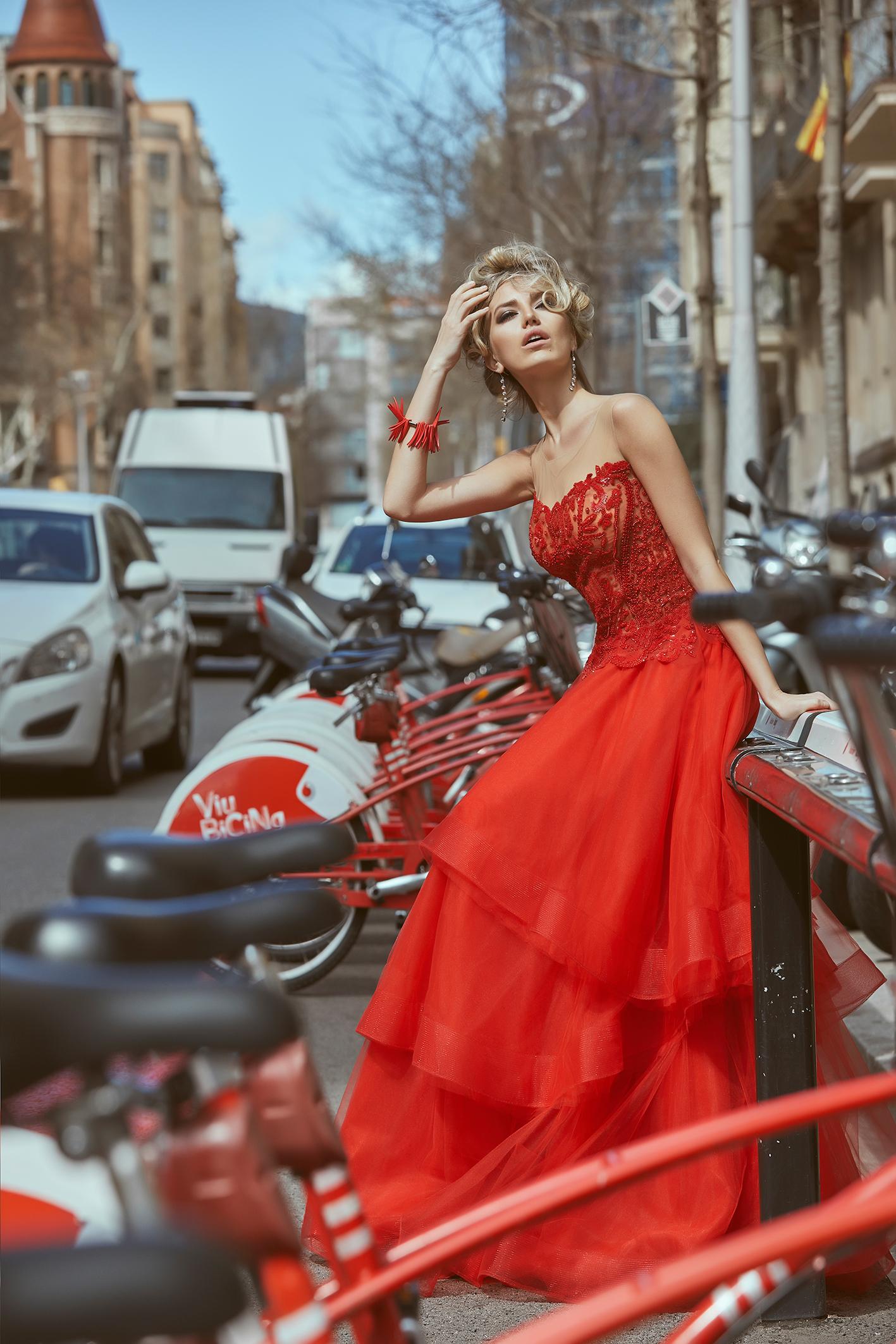 vestido-rojo-con-falda-de-tul-y-cuerpo-pedrería